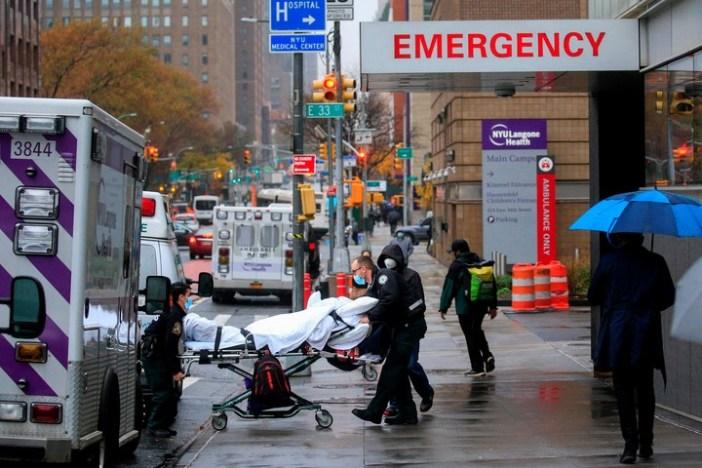 El estado de Nueva York es otra vez foco de la pandemia en Estados Unidos. Aún así, muchos médicos prefieren esperar para vacunarse. Foto: AFP