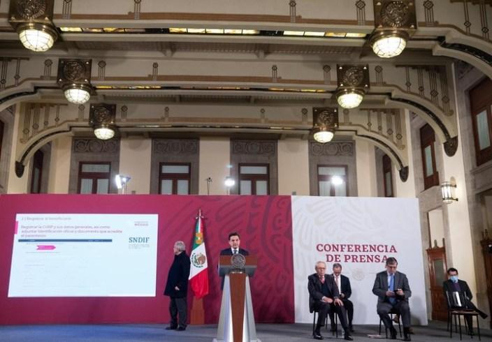 El presidente de México, Andrés Manuel López Obrador, anunció la ayuda a familiares de fallecidos por coronavirus durante su habitual conferencia de prensa matutina, en el Palacio Nacional. Foto: Presidencia de México