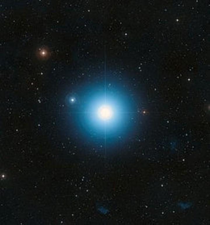 Aldebarán, la estrella que estará junto a la Luna, es una de las estrellas más grandes del cielo.