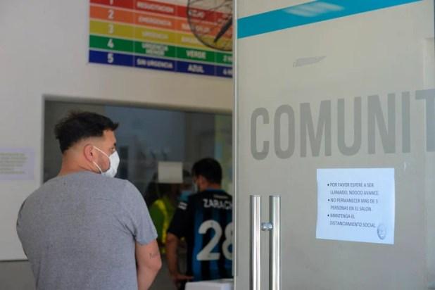 Un cartel impreso pide distanciamiento social en el ingreso al hospital. Foto: Andrés D'Elía.