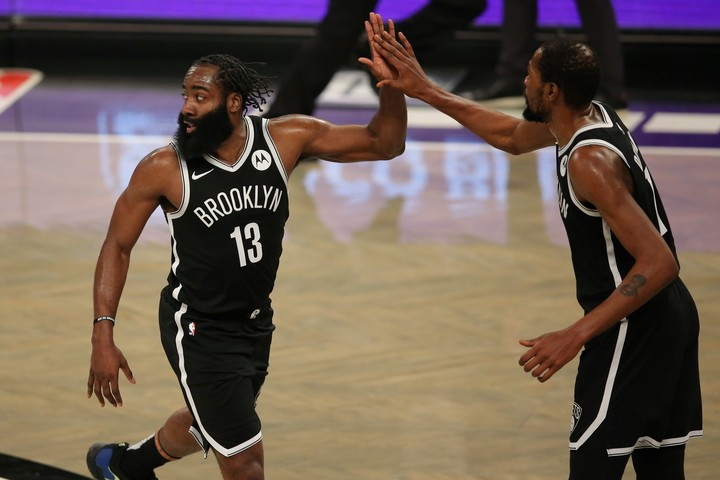 Harden greets Durant.  An image that will not be repeated in the second game against Milwaukee.  Reuters photo