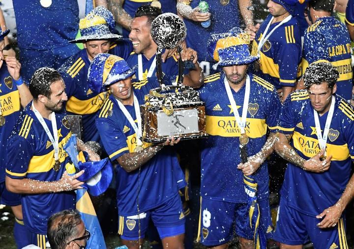 Los jugadoers de Boca celebran la Copa Diego Maradona.  Foto: EFE/Andrés Larrovere POOL
