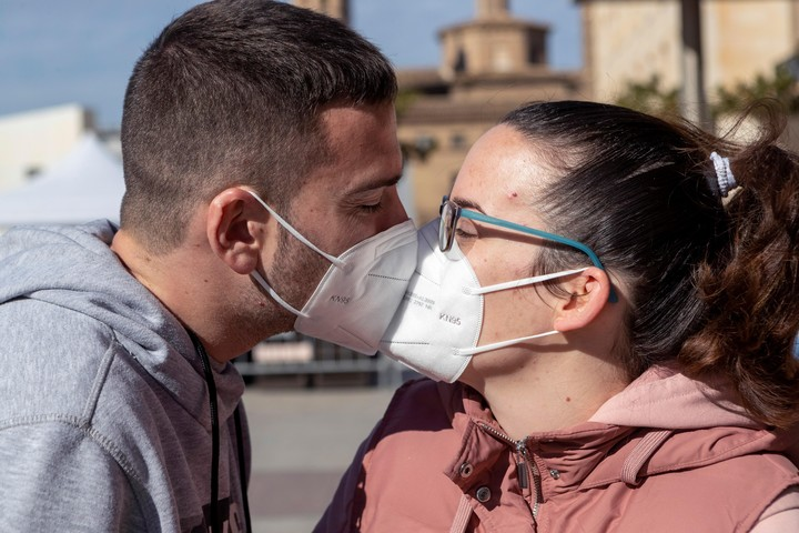 A couple kiss during the COVID pandemic.  Photo / EFE