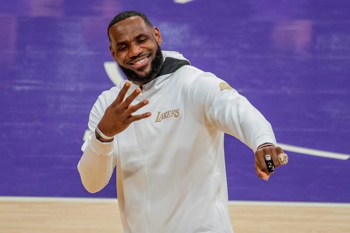 LeBron James con su cuarto anillo de campeón de la NBA. Foto DPA
