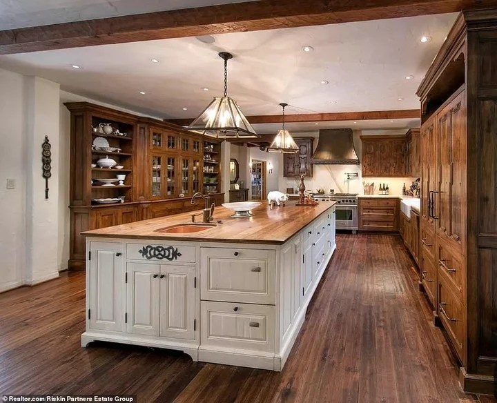 The fabulous fully equipped kitchen with wooden details.