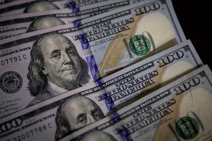 El dólar blue subió 11,2% en una semana, señal de alerta. Foto EFE