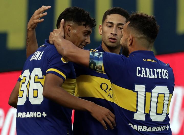 Cambio de época: Varela y Medina, el futuro, celebran un gol con Carlitos Tevez, que ya es pasado. (Photo by Alejandro PAGNI / AFP)