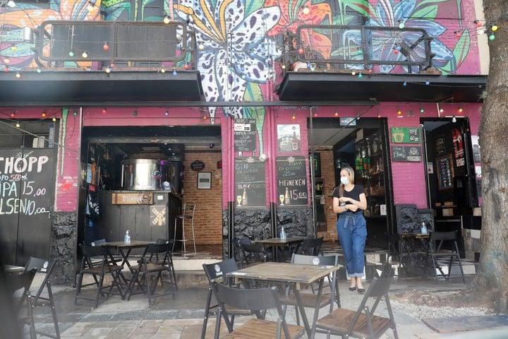 Bares y restaurantes abiertos hoy, durante la reapertura en San Pablo (Brasil).  Foto EFE