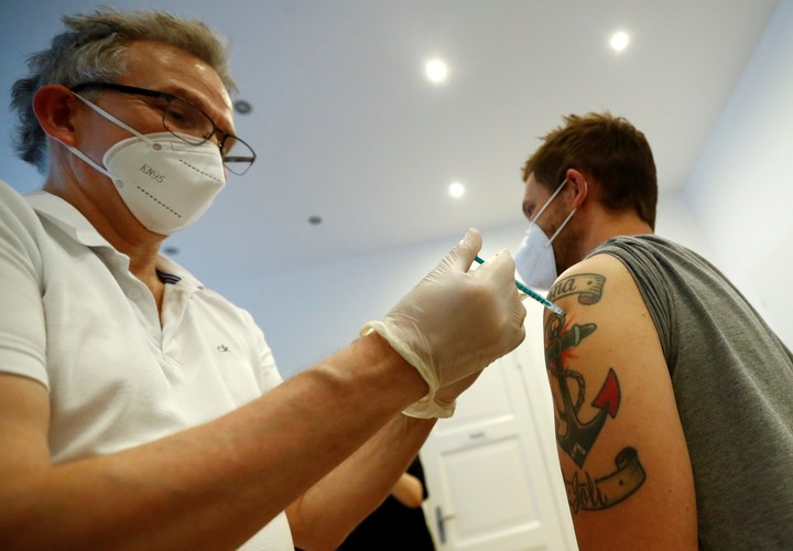 Germany continues its vaccination campaign steadily.  Photo Fabrizio Benschrizio / Reuters