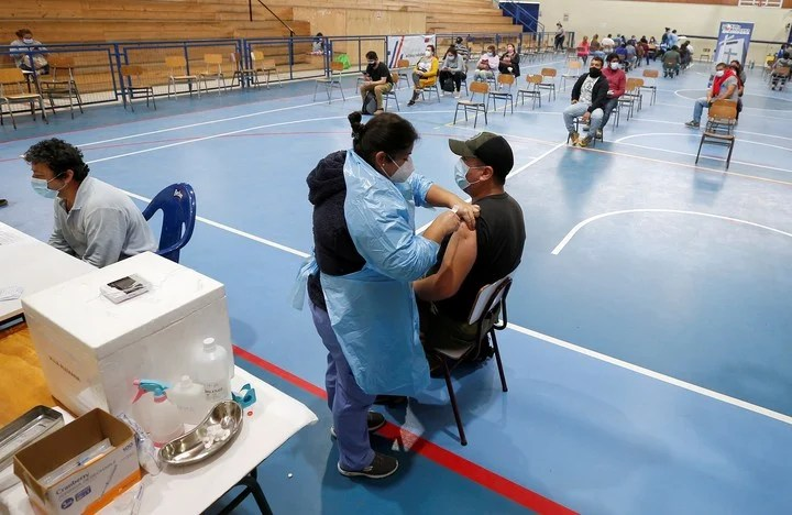 A vaccination center in Santiago de Chile.  Despite a high percentage of people inoculated, the coronavirus does not give up.  Photo: REUTERS