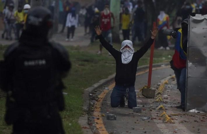Manifestantes se enfrentan con miembros del Escuadrón Móvil Antidisturbios (ESMAD) durante las protestas hoy en Cali (Colombia). Foto EFE