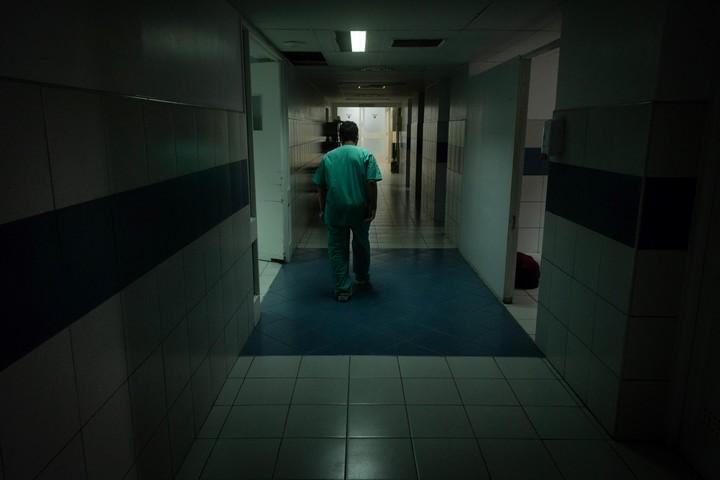 Con internados por coronavirus, los pasillos de la terapia intensiva del Hospital Del Carmen, en Mendoza. Foto: Ignacio Blanco/Los Andes