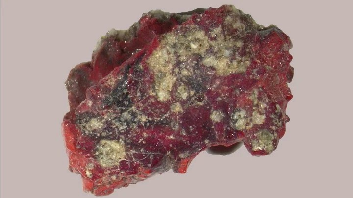 Red trinitite sample from Alamogordo in which the quasi-crystal has been discovered.  Photo: PNAS via La Vanguardia.