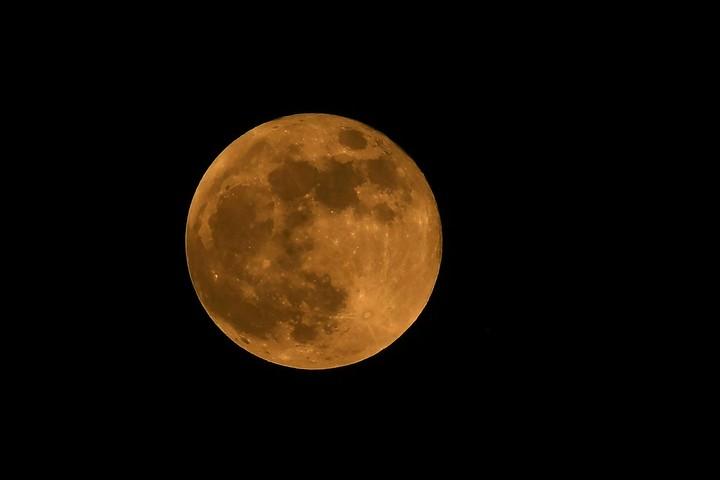 Existe un bamboleo regular en la órbita de la Luna que tarda 18.6 años. Foto: AFP