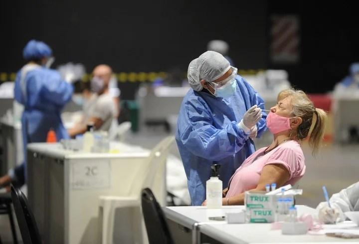 La cantidad de testeos positivos está en franco descenso en el país. Foto: Juano Tesone