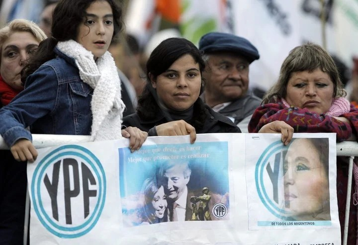In 2012, supporters of President Cristina Fernández de Kirchner listened to her speech at the inauguration of a YPF Gasoil Hydrotreating plant.  EFE / Leo La Valle.