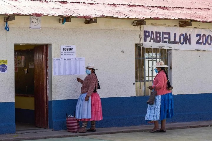 Aymara women arrive to cast their vote at an electoral college, today in the town of Plateria, in the department of Puno (Peru).  Photo EFE