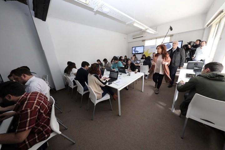 Cristina Kirchner camina por uno de los salones del Instituto Patria donde se solían dictar cursos y actividades presenciales.