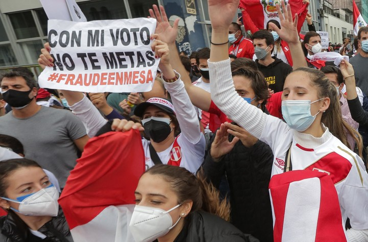 """Keiko Fujimori supporters denounce """"fraud"""" in Sunday's elections in Peru, in a protest in Lima this Tuesday.  Photo: AFP"""