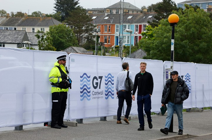 Police officers and journalists outside the press center in Falmouth, Cornwall, Britain, one day before the start of the G7 summit.  Photo: AFP