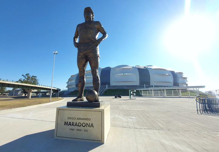 La estatua de Diego Maradona frente al estadio Madre Ciudades.  Foto: Juano Tesone