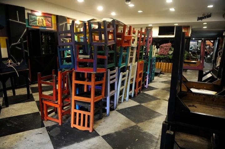 """The furniture scrapped from the grill """"The Tano"""" de Avellaneda, definitively closed.  Photo: Fernando de la Orden"""
