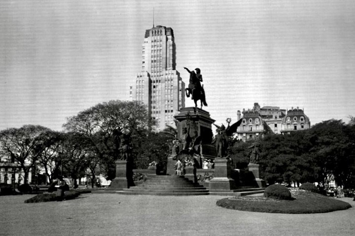 Photo of the sculptural group, with the Kavanagh in the background: one of the images that inspired the Ministry of Public Space to put beds around the monument.