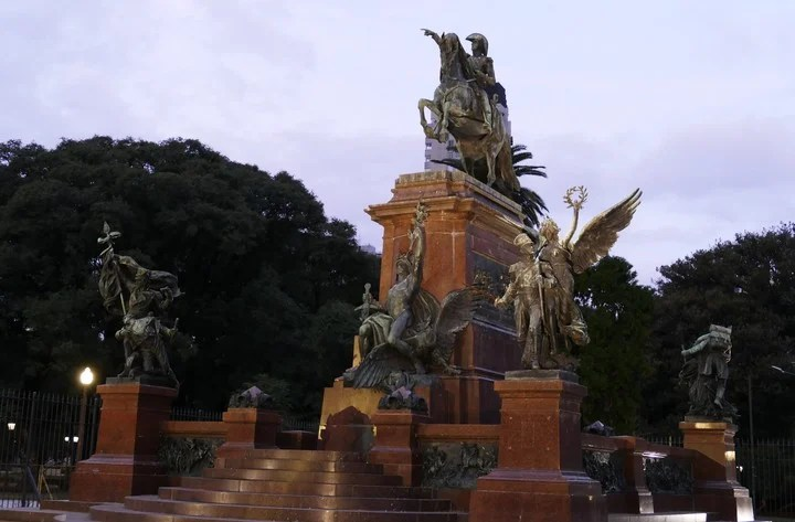 It was the German Gustav Eberlein who completed the modest foundation by erecting a monument to the Armies of Independence, with a red granite pedestal.  Photo MARCELO CARROLL