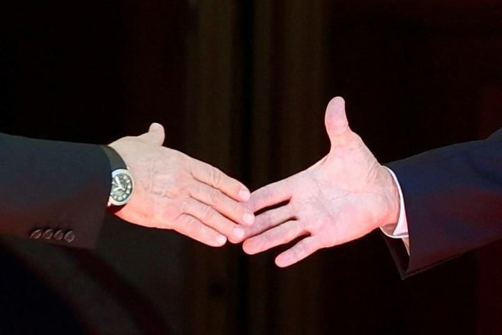 Joe Biden y Vladimir Putin se estrecharon las manos al iniciar su cumbre, este miércoles en Bruselas. Foto: REUTERS