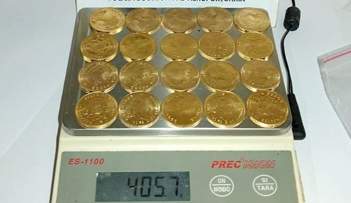A man arrived at Aeroparque with a fortune in more than 100 gold coins, which he could not justify.  Photo: PSA