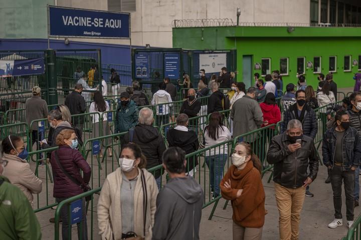 A line to receive the coronavirus vaccine at a stadium in São Paulo.  Photo: BLOOMBERG