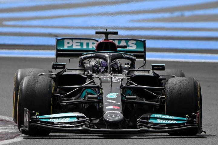 Hamilton ya le sacó más de tres segundos a Verstappen, que trata de estirar la parada para ganar la carrera con la estrategia. Foto: AFP