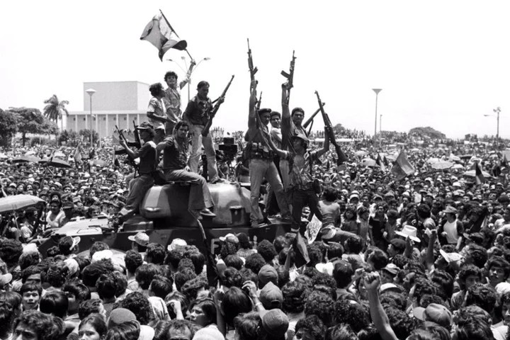 Daniel Ortega and his followers, after the triumph of the Sandinista Popular Liberation Front in 1979. Photo: AFP