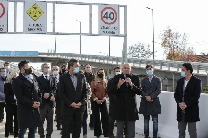 They inaugurated the first of the 13 vehicular bridges over the Sarmiento railway line built by the state-owned Tandanor.