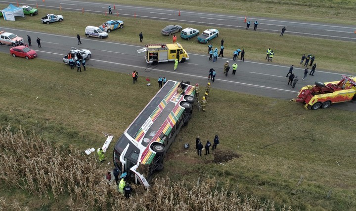 The bus ended up overturned on the side of Route 2, at the height of Chascomús.  Photo Mario Quinteros
