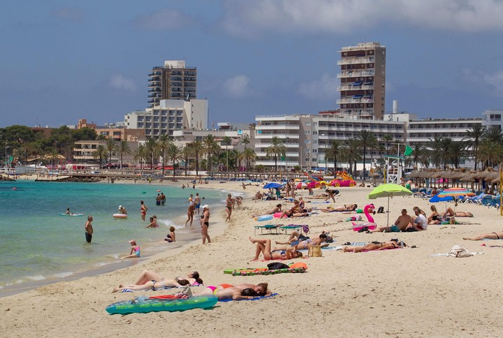 Tourists enjoy the beach in Magaluf, Calvia, in Mallorca.  A study trip ended in massive Covid-19 infections.  Photo: AFP