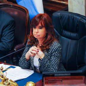 What does the last survey that reached Cristina and Máximo Kirchner say
