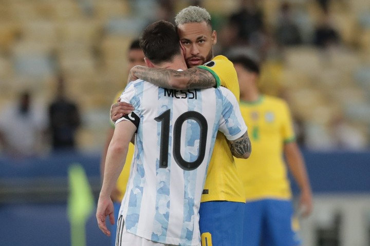 Lionel Messi of Argentina hugs Neymar of Brazil, in the final of the Copa América between Argentina and Brazil at the Maracana stadium in Rio de Janeiro (Brazil).  EFE / Andre Coelho