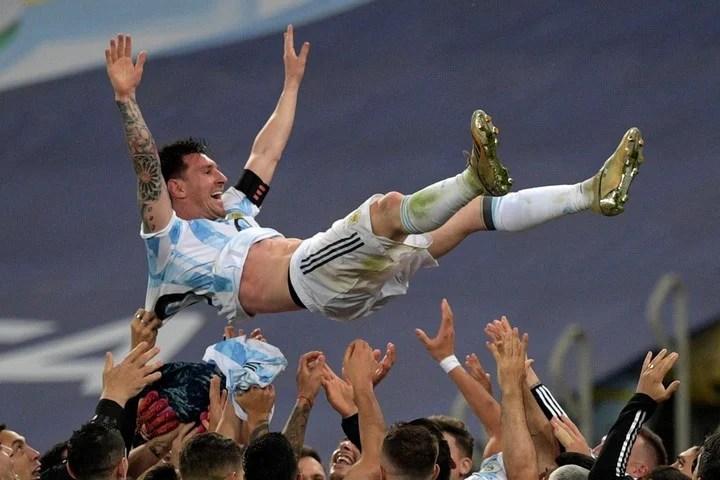 Messi, celebrated by his teammates.  Photo CARL DE SOUZA / AFP.