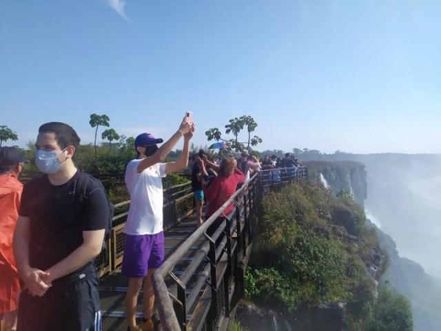 Los turistas recorren las pasarelas del Parque Nacional Iguazú. Foto El Independiente Iguazú