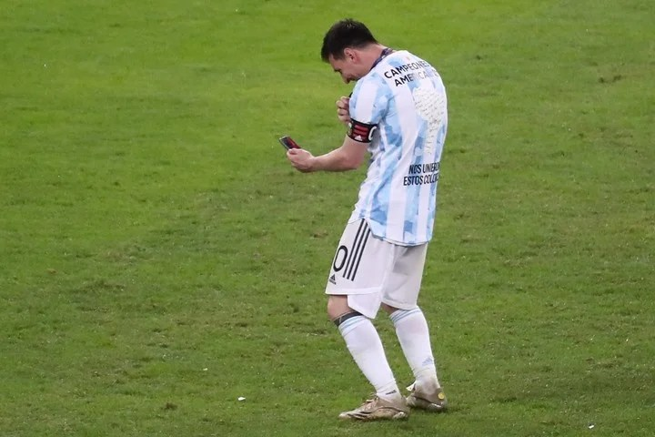 Messi shows the medal to his children by video call.  Photo EFE / Sebastiao Moreira