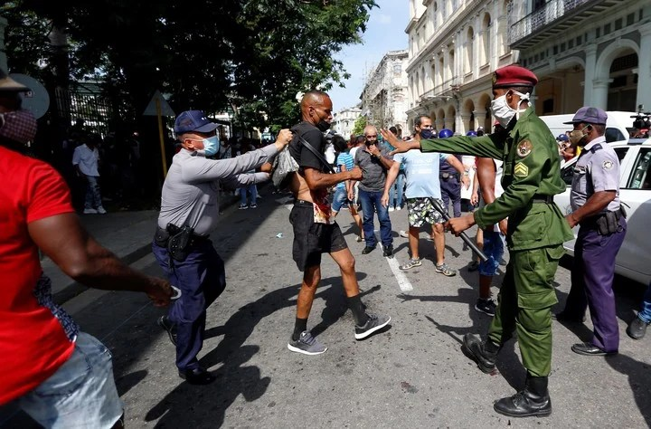 Cuban police officers detain a protester in Havana, during the marches this Sunday against the Miguel Díaz-Canel regime.  Photo EFE