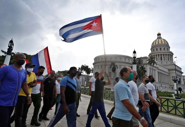 Government supporters march through Havana last week.  Photo EFE