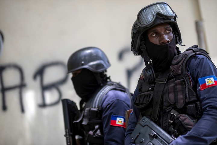 Haitian police officers patrol the streets of the capital this Wednesday.  Photo: REUTERS