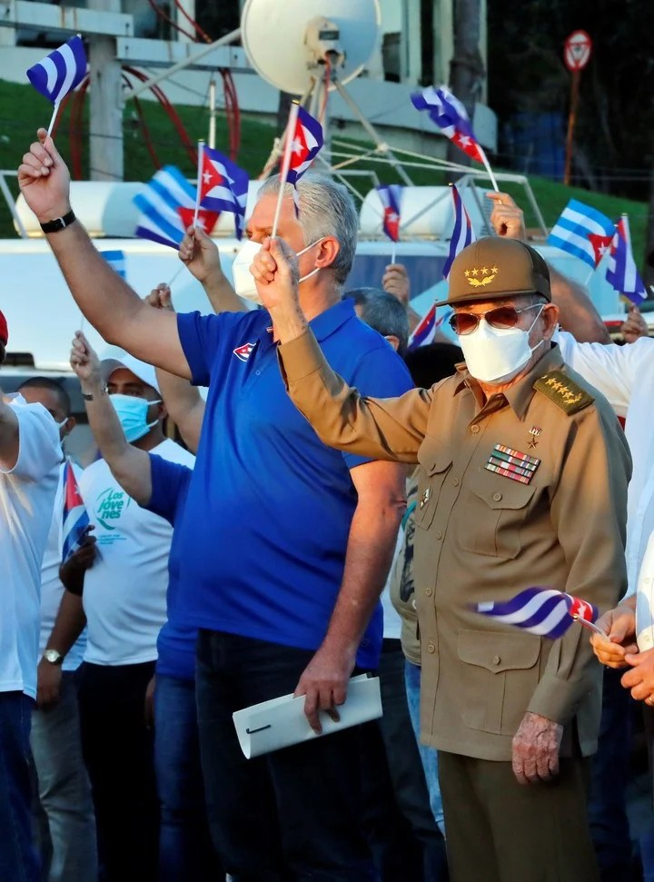 The president of Cuba, Miguel Diaz-Canel (i), and Raúl Castro participated in an act of support for the revolution in Havana.  Photo: EFE
