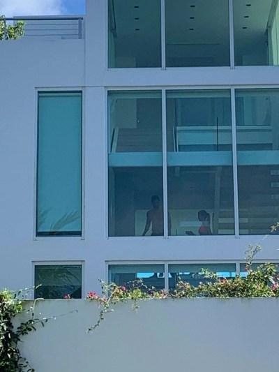 Messi y Antonela en la imponente casa en la que se quedan en Key Biscayne.