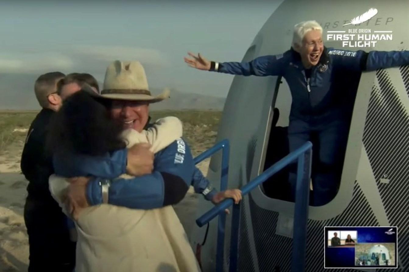 Bezos y Wally Funk, al regresar a la Tierra. Foto: Reuters