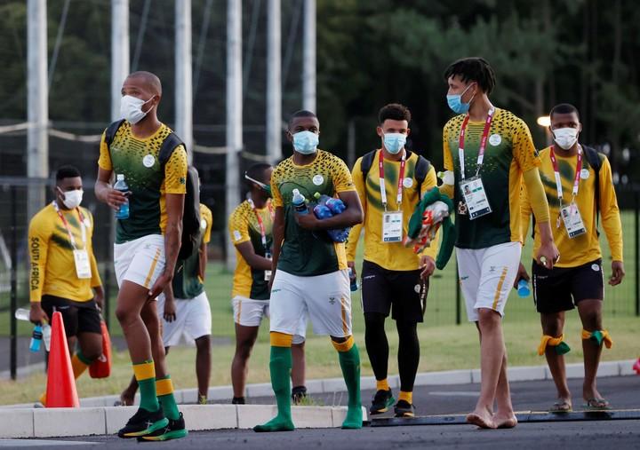 Jugadores del equipo sudafricano de fútbol, en el que se registraron dos positivos, en la Villa Olímpica. Foto Kyodo News via AP