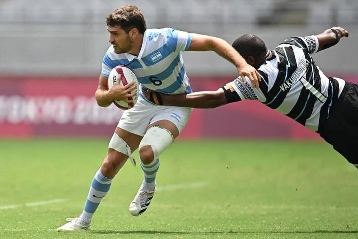 Los Pumas 7 captain Santiago Álvarez Fourcade tries to evade Josua Vakurunabili's mark.  AFP photo