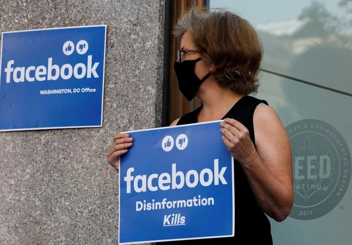 """""""Disinformation kills"""", the slogan of the protest.  Photo: Reuters"""
